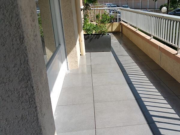 Dallage moderne d'un balcon urbain
