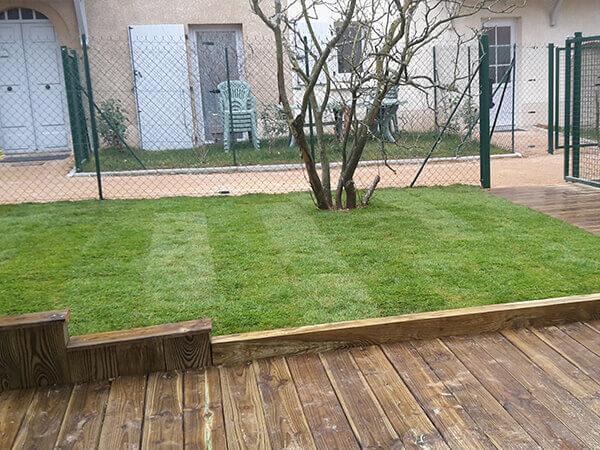 Pelouse et terrasse bois
